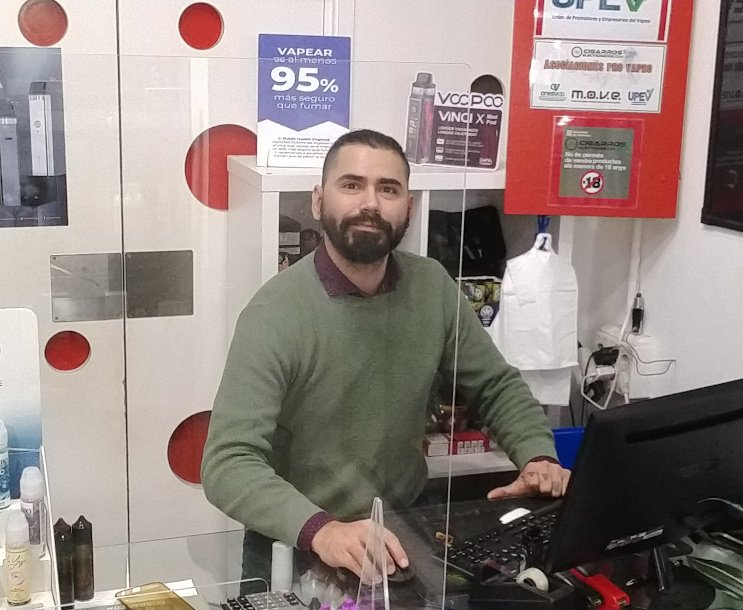 Roberto en la tienda de vapeo de Barcelona